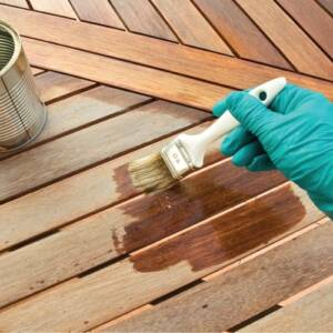 Painting a wooden floor with linseed oil